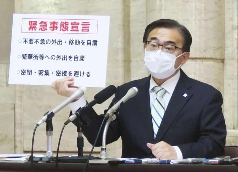 圖為愛知縣知事大村秀章今年4月24日參加記者會情況。(路透)