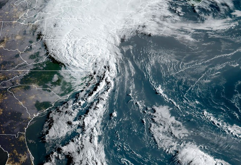 颶風「伊薩亞斯」週一(3日)深夜在美國北卡羅來納州登陸後,減弱為熱帶風暴,但仍為沿途帶來狂風大雨,造成洪災及超過300萬住戶斷電。(法新社)