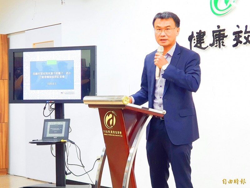 Council of Agriculture Minister Chen Chi-chung briefs reporters in Taipei yesterday about packets of seeds or soil sent from China.  Photo: Chien Hui-ju, Taipei Times