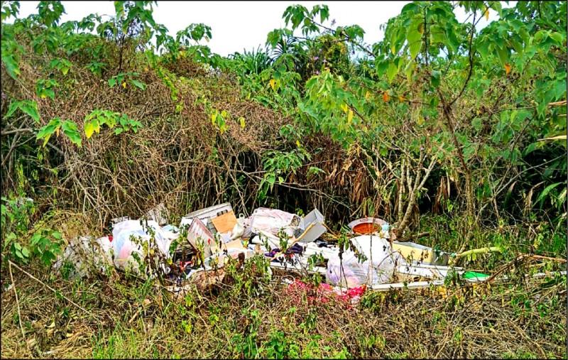 宜蘭縣蘭陽溪以南的2702號保安林,常被人偷倒廢棄物。(記者江志雄翻攝)