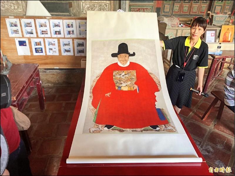 門縣文化局展示修復後的「蔡復一畫像」複製品。(記者吳正庭攝)