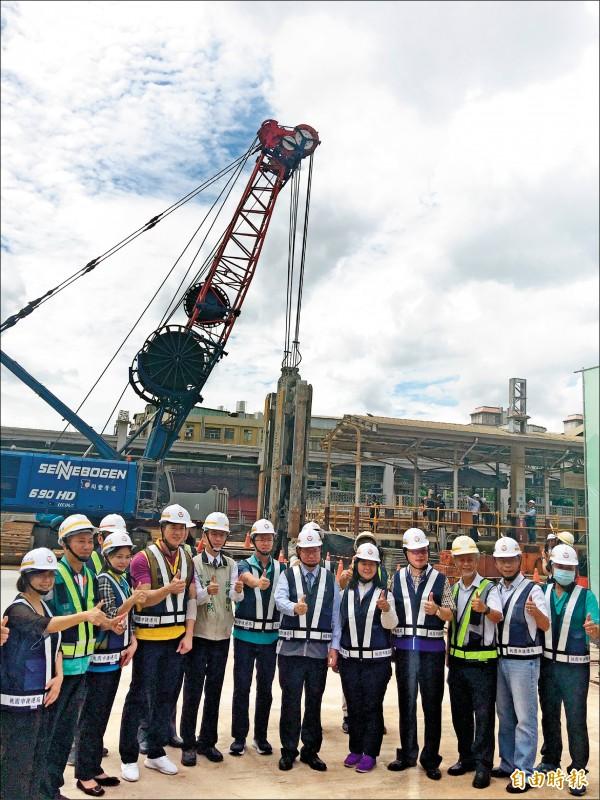 捷運綠線G07站連續壁工程昨天動工,開挖深度逾40公尺。(記者謝武雄攝)