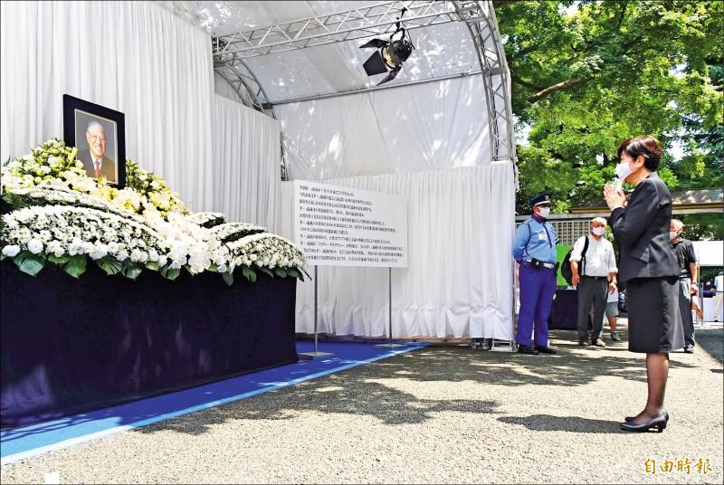 東京都知事小池百合子昨到我駐日代表處悼念李登輝。(記者林翠儀攝)