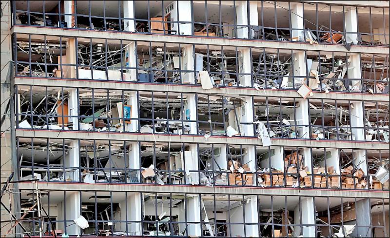 黎巴嫩首都貝魯特四日晚間發生大規模爆炸,受到重創的港口區一片狼藉,但隔日深入災區更令人怵目驚心,許多建築物遭震毀。(法新社)