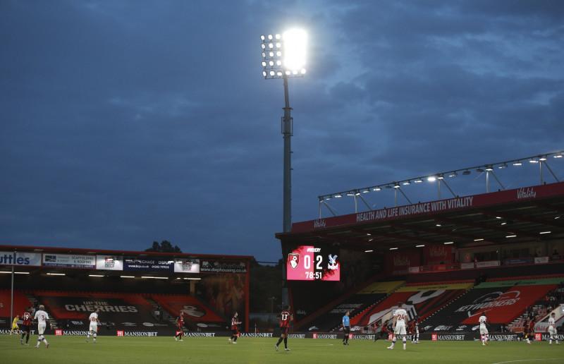 英格蘭迪恩考特球場的泛光燈。(美聯社)