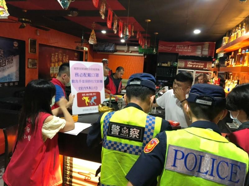 台東縣政府衛生警察相關單位聯合稽查密閉場所,要求落實防疫戴口罩規定。(記者黃明堂翻攝)