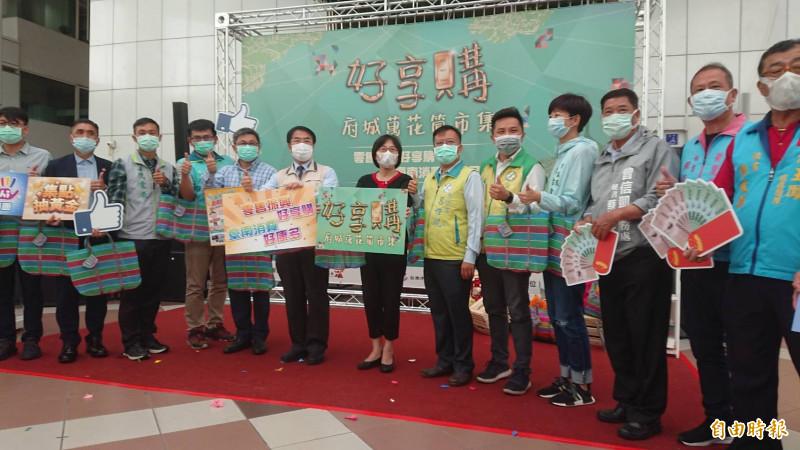台南市府於4日舉辦「府城好享購」宣傳活動時,市長黃偉哲及參與來賓都戴口罩。(記者洪瑞琴攝)