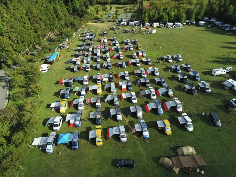 上百輛露營車進入武陵農場大草原露營惹議。(民眾提供)