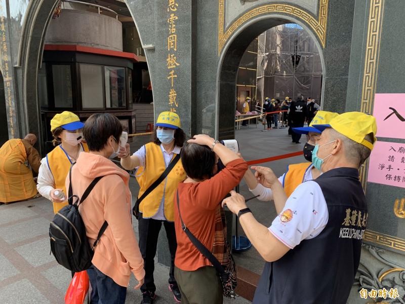 基隆慶安宮是中央流行疫情指揮中心列入要配戴口罩的八大類場所中的宗教場所。(記者林欣漢攝)