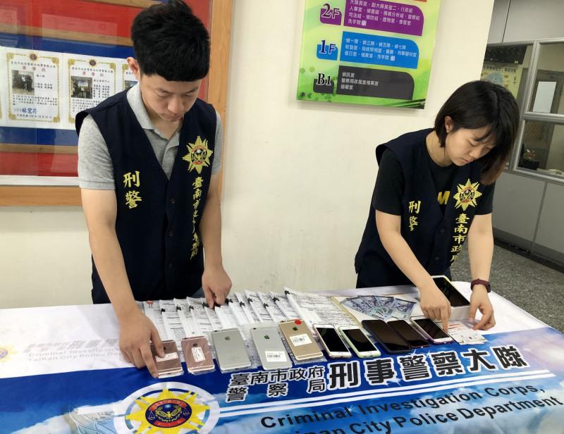 台南市刑大查扣讓渡切結書、預付卡及行動電話等證物。(記者楊金城翻攝)(記者楊金城攝)