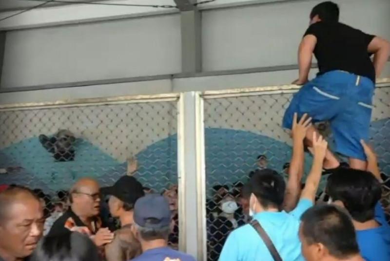 本月4日綠島因船班問題,鄉民在碼頭抗議。(記者黃明堂翻攝)