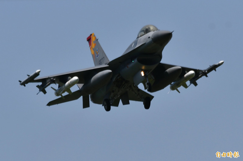 「小紅」彩繪機各掛載二枚AIM-120、響尾蛇、魚叉飛彈,執行戰鬥巡航任務後安全返航。(記者游太郎攝)