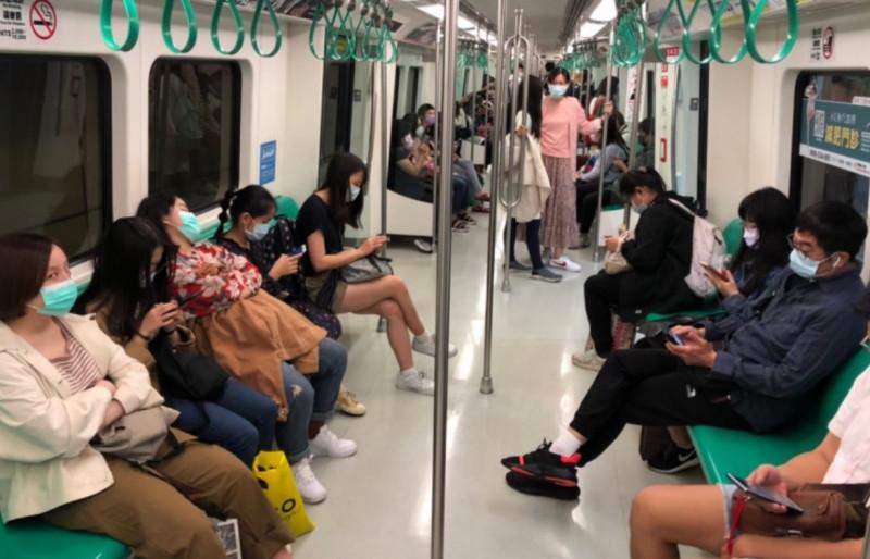 衛生局今提醒民眾搭乘捷運要全程戴口罩。(高捷公司提供)