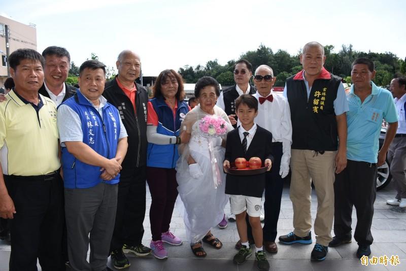 李機生(右3)、李林菜(右5)結婚70年喜穿婚紗圓夢。(記者林國賢攝)
