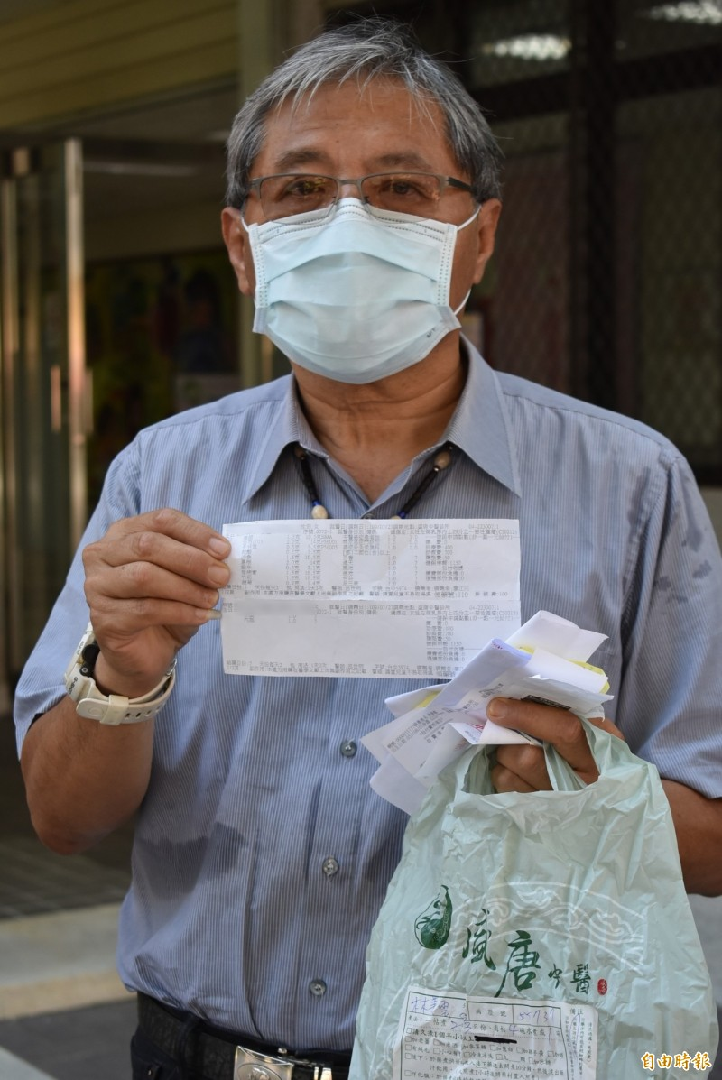 陳明振拿出盛唐中醫診所開的藥方,他強調,他看不懂這些中藥,也無法理解為何會衍生其妻鉛中毒症狀。(記者張瑞楨攝)
