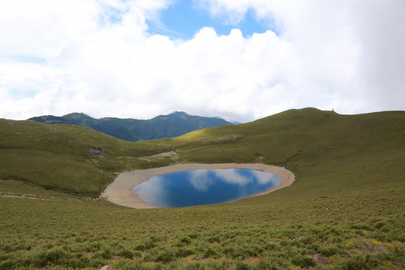 山友拍下嘉明湖近日的水位,明顯瘦了大圈。(記者黃明堂翻攝)