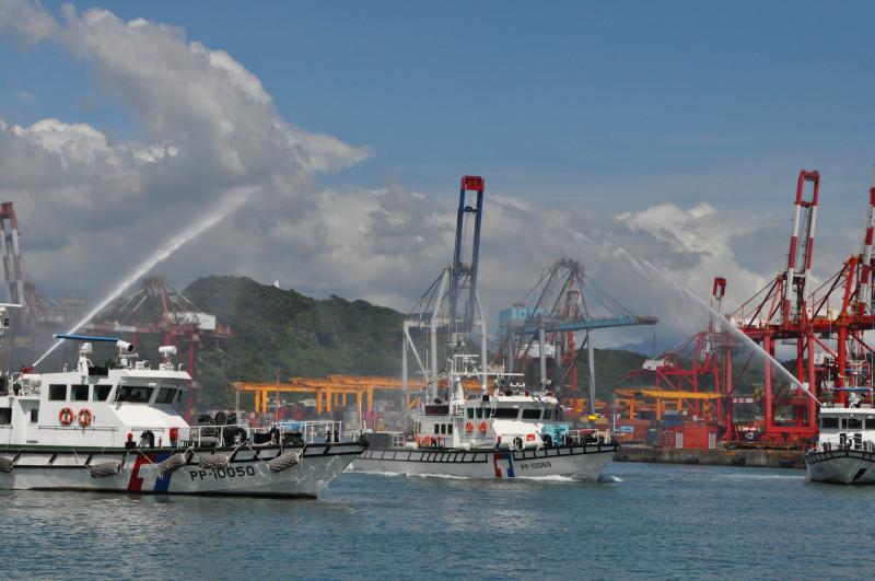 海巡署新型10069號巡防艇今天上午緩緩駛進基隆港東十六碼頭,加入基隆海巡隊北方護漁行列。(記者林嘉東翻攝)