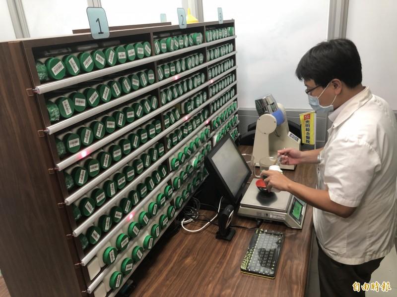 光田醫院中醫部對藥劑嚴格把關。(記者張軒哲攝)