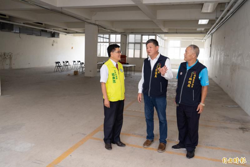 市議員楊典忠(左)與社會局長彭懷真(中)前往梧棲第二市場會勘。(記者張軒哲攝)