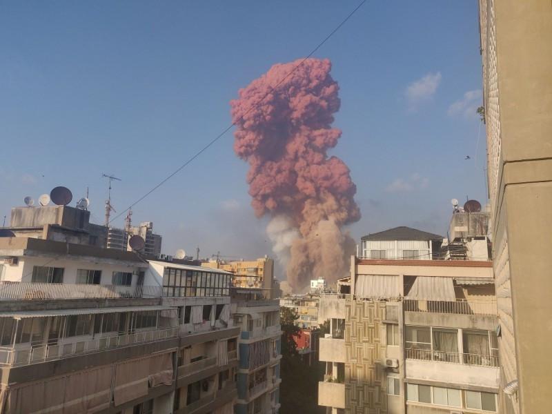 黎巴嫩首都貝魯特港口地區4日發生大爆炸,各方初步認定是存放在港多年2750噸硝酸銨引爆所致。(路透)