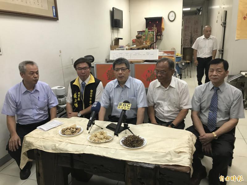 台北市中藥商公會理事長張茂楠(左二)說,大家不應該因為一個問題就打翻中藥業從業人員的努力。(記者蔡思培攝)