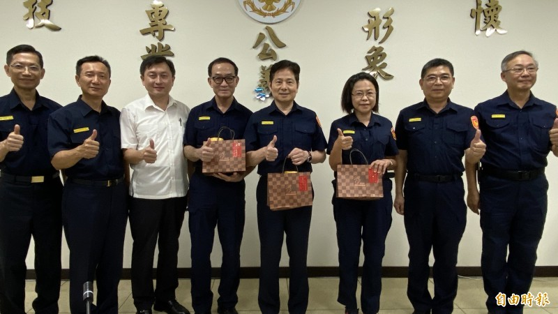 台南市警察局長詹永茂(左五),在局本部送蛋糕給副局長李政曉(左二)等一級主管。(記者楊金城攝)