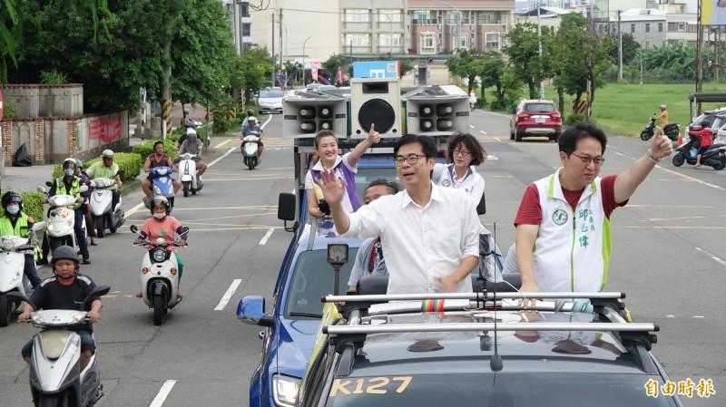 民進黨高雄市長補選候選人陳其邁今天下午展開第二戰區車隊掃街拜票。(記者李惠洲攝)