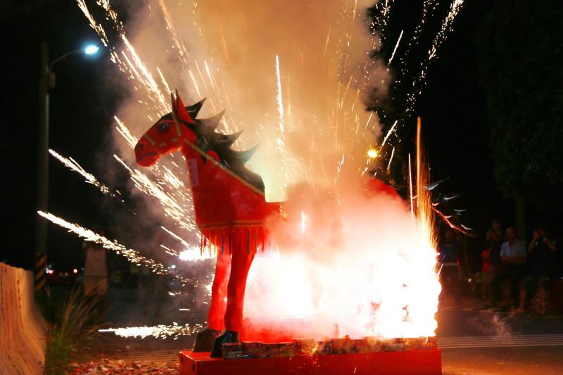 「後壁崁頂放火馬」今年獲列南市市定民俗,今日熱鬧登場,市長黃偉哲頒發登錄證書,並參與放火馬。(圖由市府提供)