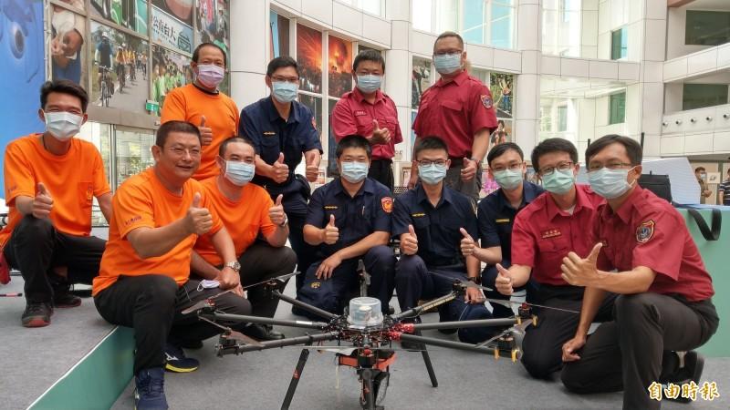 台南市政府無人機隊成軍,目前23位無人機專業高級操作證照飛手以警政、消防、環保及水利局為主。(記者劉婉君攝)
