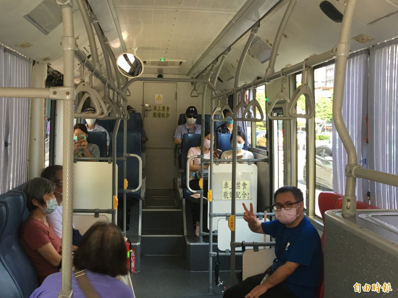 民眾搭公車都已經戴口罩。(記者謝武雄攝)
