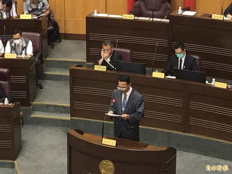審計處長張漢卿在議會進行決算報告,遭議員質疑放水。(記者謝武雄攝)