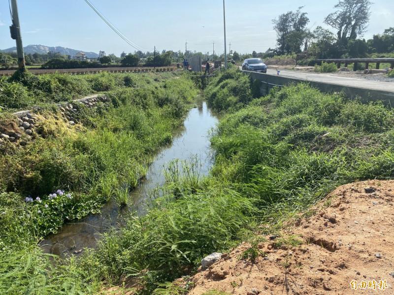金沙鎮光前里農民指光前溪無名橋路段根本沒淹過水,不了解為何要加高路面。(記者吳正庭攝)