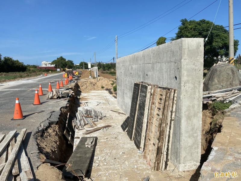 金門縣政府在高陽路無名橋路段抬高路面工程,將先暫緩施工。(記者吳正庭攝)