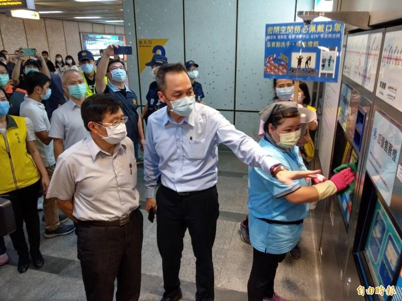 高雄市代理市長楊明州(左)今晚率隊到捷運站執行防疫稽查及宣導。(記者方志賢攝)