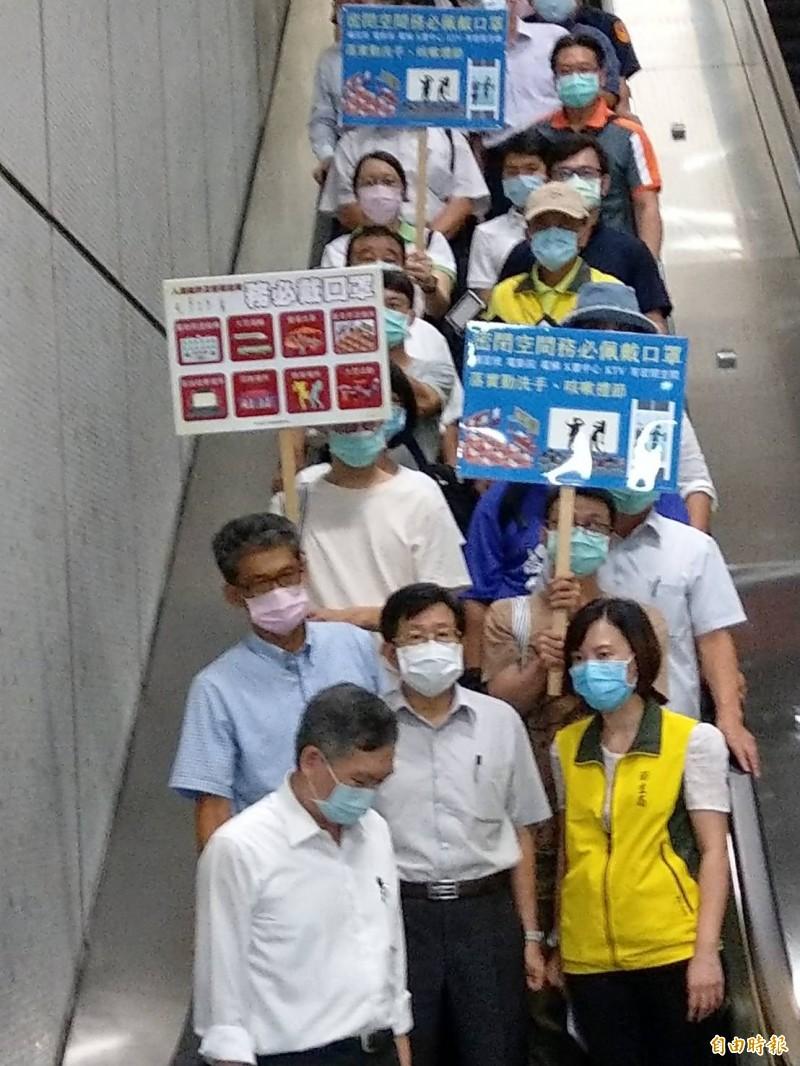 高雄市代理市長楊明州(前排中)今晚率隊到捷運站執行防疫稽查及宣導。(記者方志賢攝)