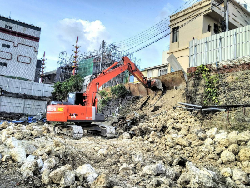 古早搭建硓咕石擋土牆日前遇雨,附近又施工,出現滑動,居民擔憂出入安全。(記者陳彥廷翻攝)