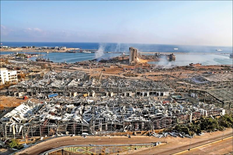 黎巴嫩首都貝魯特4日晚間接連發生兩起大爆炸,港口瞬間夷為平地。(美聯社)