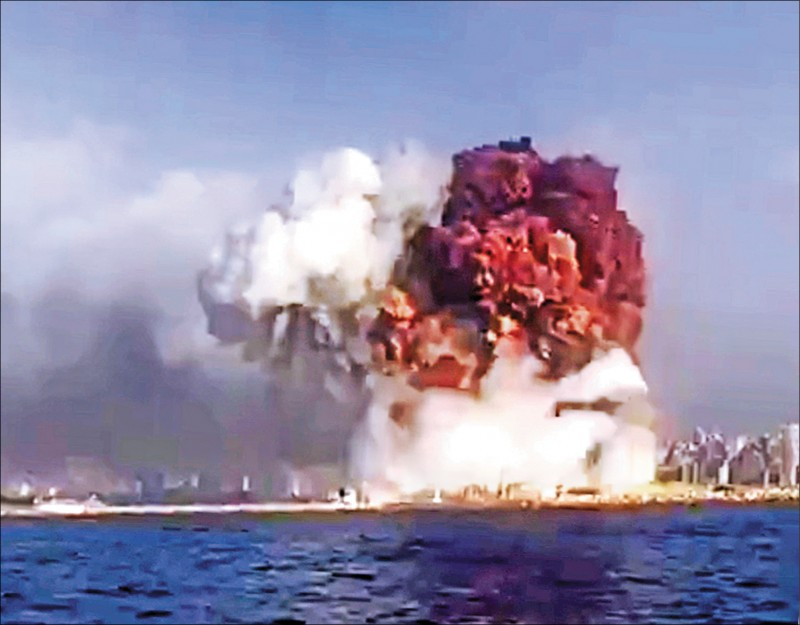 貝魯特連環爆炸,橘色火球沖天。(歐新社)