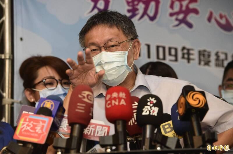 時代力量台北市議員黃郁芬、林穎孟昨晚哽咽宣布退黨。台北市長柯文哲(見圖)今受訪時頻搖頭,直呼「搞不清楚那兩個為什麼要退黨」?(記者叢昌瑾攝)