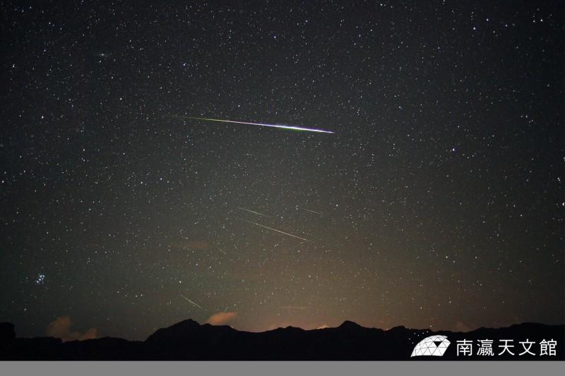 今年的英仙座流星雨在8月12日至13日夜間達到極大期,預計每小時最多有100顆流星出現。圖為流星雨示意圖。(資料照,圖由南瀛天文館提供)