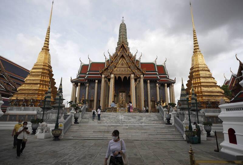 泰國原先寄望能與日本、南韓以及香港等「防疫優秀」的國家共組旅遊泡泡,至少能舒緩國內惡化的旅遊經濟,然而隨著這三地疫情陸續復燃,泰國最終被迫暫緩旅遊泡泡計畫。圖為泰國知名景點玉佛寺。(歐新社)
