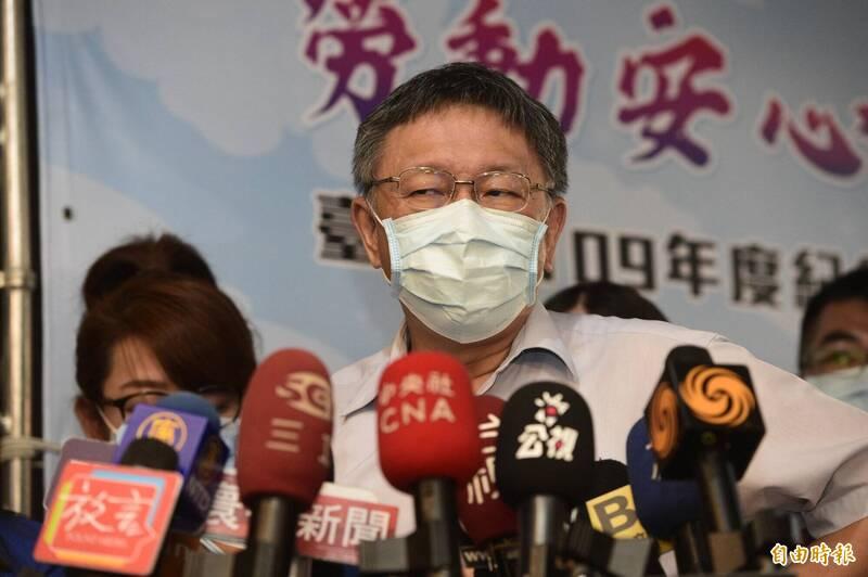 新北市長侯友宜喊話應對入境者普篩。台北市長柯文哲(見圖)今受訪時表示,這是很複雜的公共衛生問題,不是「用喊的」就可以,他接著還轉頭看著媒體意有所指說「你知道我的名言,愚人的問題⋯⋯」。(記者叢昌瑾攝)