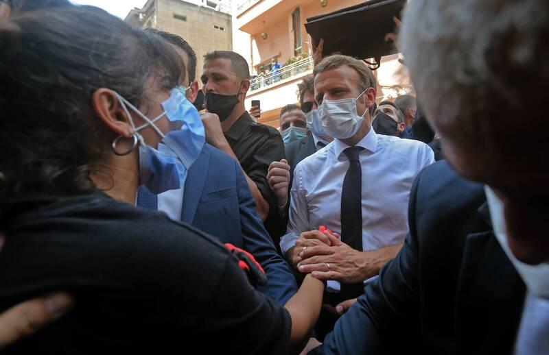 黎巴嫩首都貝魯特的港口在8月4日發生大爆炸事故,造成至少130人死亡、5000多人受傷的災難級事故,其中法國不僅支援大批救援物資、搜救專家前往支援,法國總統馬克宏(白衫者)也在今天前往當地訪問並慰問災民。(法新社)