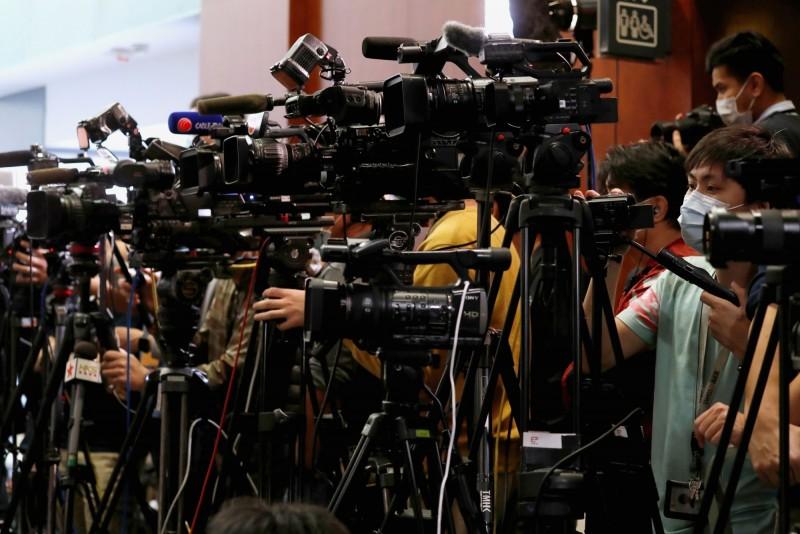 香港外國記者會(FCC)今發表聲明,反對美中雙方拿記者簽證作為國際角力武器。圖為眾多記者在香港立法會工作。(路透)