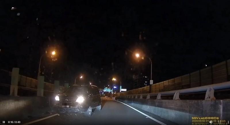 名網友在臉書PO文貼出一段影片,一輛黑色轎車疑似開錯路,在匝道上竟直接逆向,發現前方有車讓他無法得逞後,竟直接「倒著開」下匝道。(擷取自爆料公社)