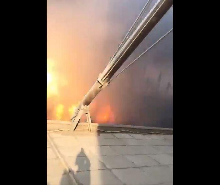 在第二波爆炸前在倉庫旁拍火警的影片曝光,錄下爆炸瞬間的最近距離,不過拍攝者生死未卜。(圖擷自推特)