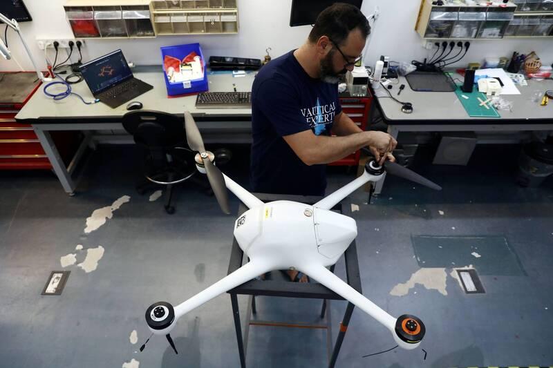 新加坡警方與以色列新創公司Airobotics合作,研發了兩架自動無人機協助執行武漢肺炎(新型冠狀病毒病,COVID-19)防疫社交安全距離措施。(路透檔案照)