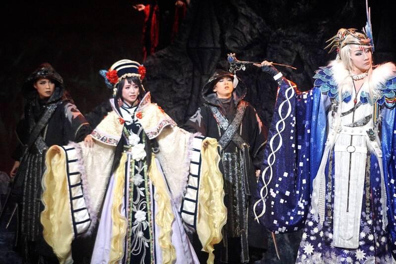 日本著名劇團「寶塚歌劇團」位在兵庫縣的劇場爆發群聚感染,目前已有11人確診。圖為寶塚歌劇團2018年到高雄公演《東離劍遊紀》。(資料照)