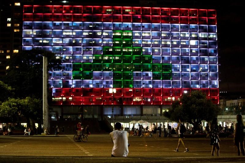 黎巴嫩貝魯特4日發生大爆炸,長期處於敵對關係的以色列表態將提供援助,特拉維夫市政大樓更點亮黎巴嫩國旗聲援鄰國。(路透)