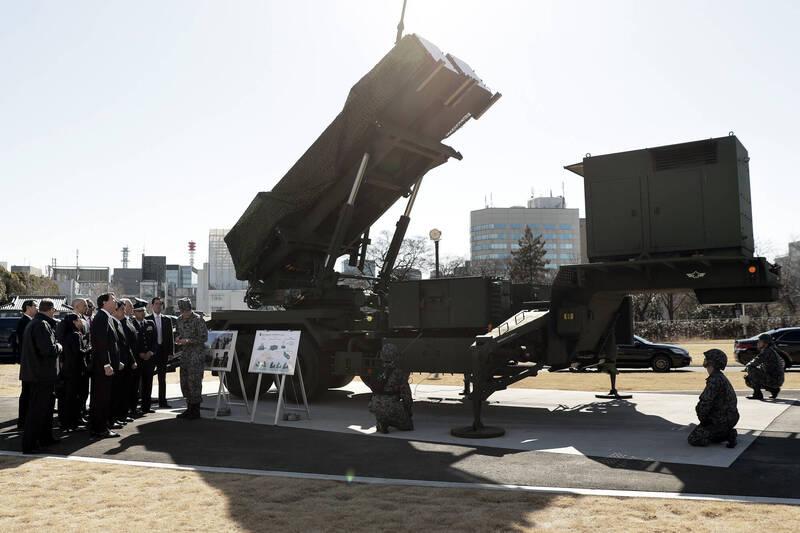 日本推動「強化飛彈防禦」的國防政策,防衛省更直言「日本保衛國土,為何需要中國和韓國的理解」?對此南韓國防部強調,日本應恪守「專守防衛」原則。圖為日本自衛隊展示愛國者飛彈系統。(彭博)